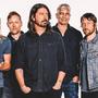 Foo Fighters dvě a půl hodiny bušili do naplněné O2 areny
