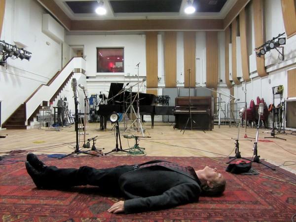 Žbirka si v Abbey Road lebedí. Výsledkem je album Miro.  4f4b6a6b45